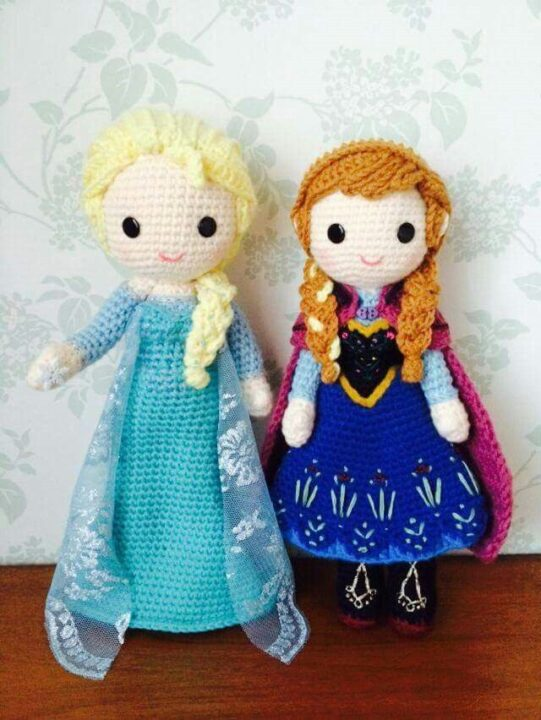 Anna and Elsa in amigurumi
